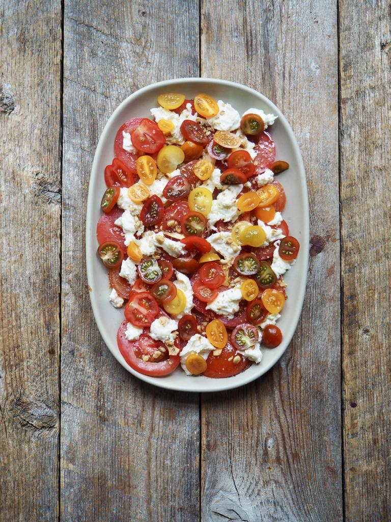 Tomatsalat med mozzarella, sprøstekt hvitløk og knuste pinjekjerner