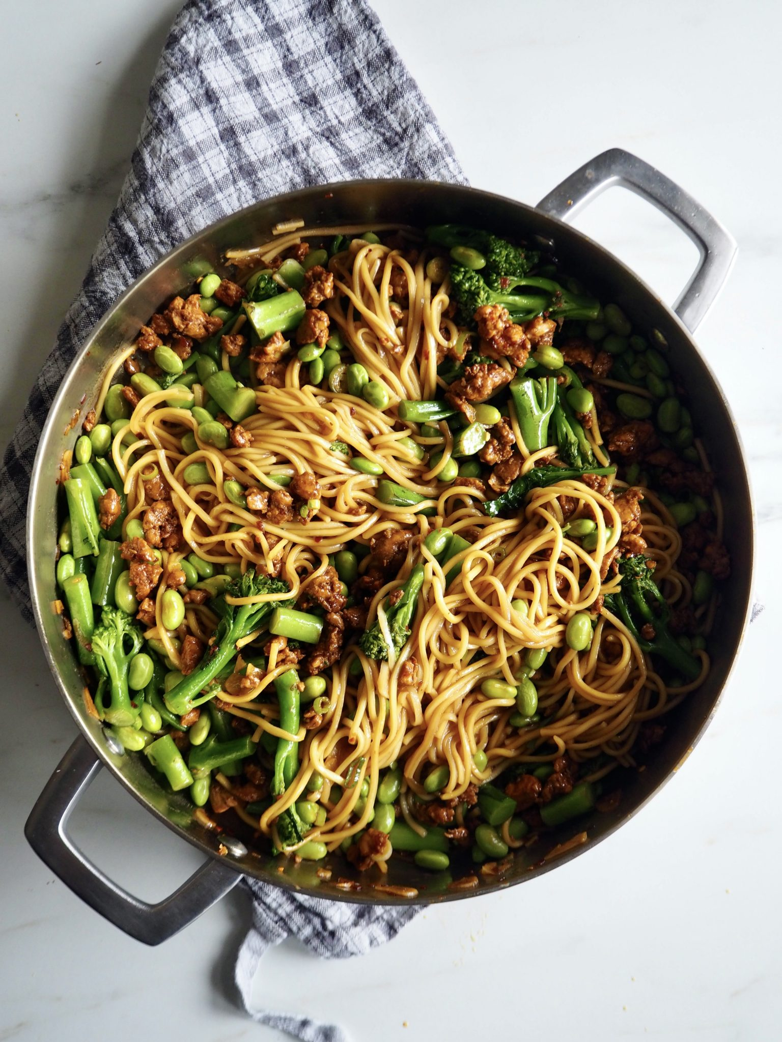 Spicy nudel bowl med kylling, brokkoli og edamame