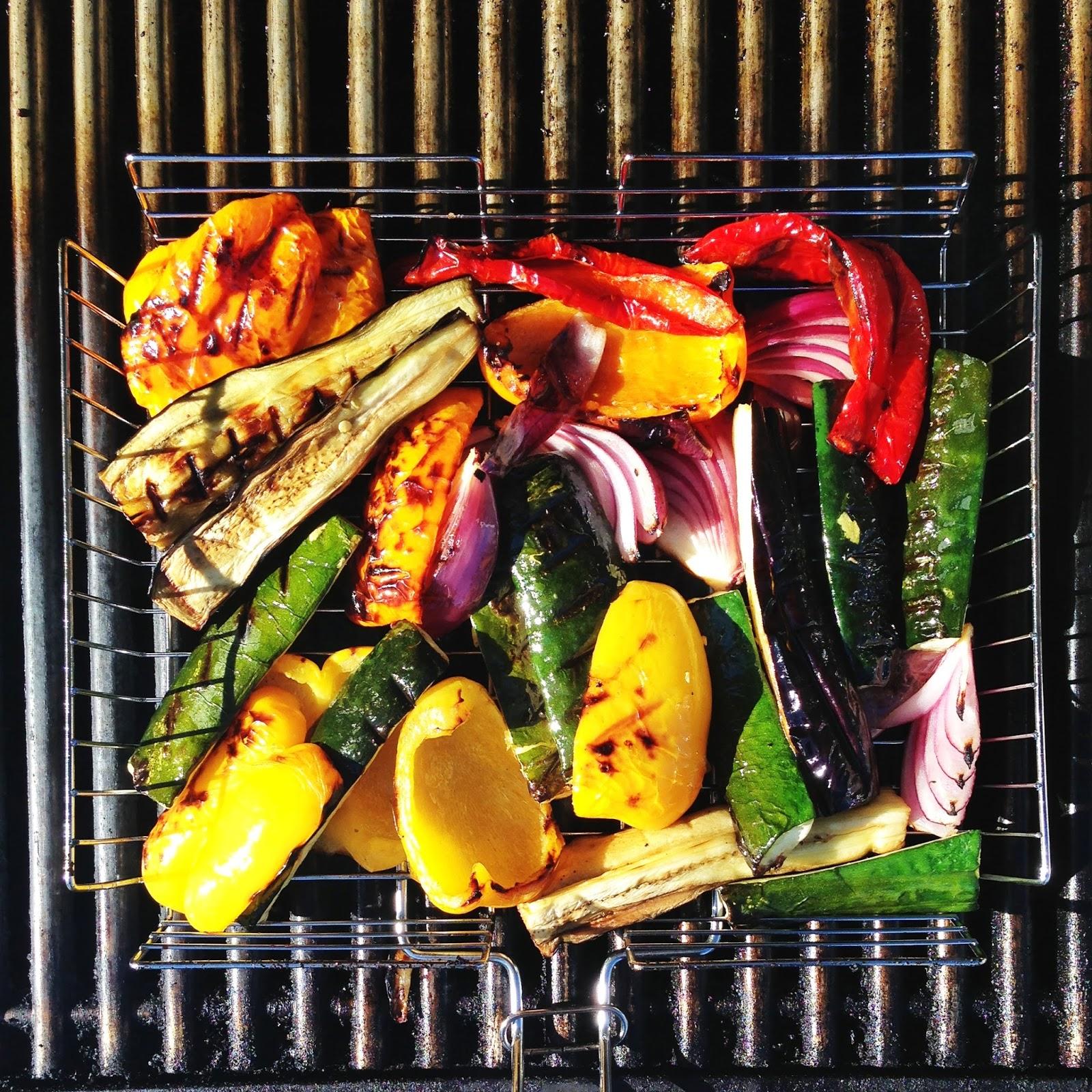 Grillede Koteletter Med Urtemarinade Og Tilbehør Mat På Bordet